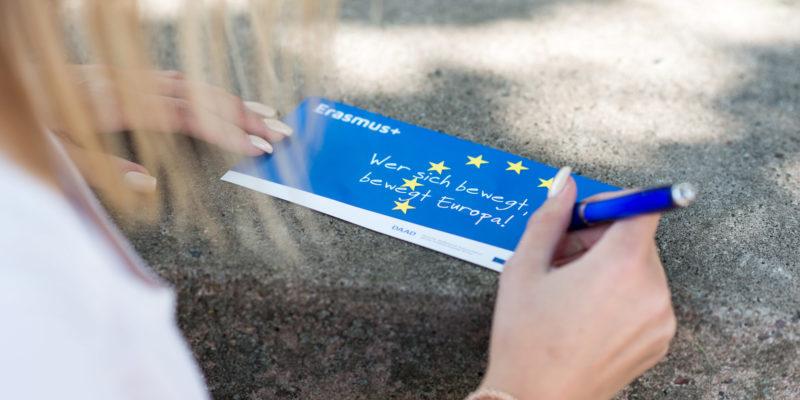 #2134 (kein Titel) – Im Zeichen Europas: Mit dem Programm Erasmus+ lernen Sie neue Menschen und Perspektiven in den europäischen Nachbarländern kennen.